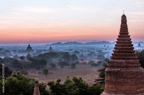 Foto  Buddha temple in the sunset dawn