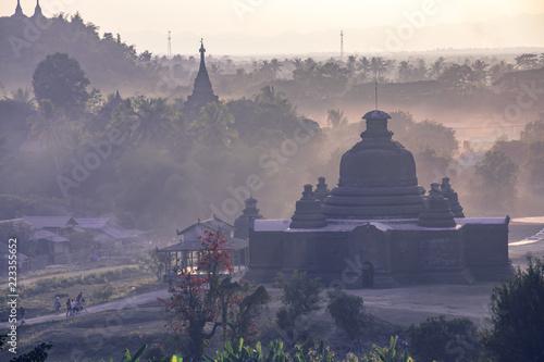 Foto  Buddha temple in the sunset dawn