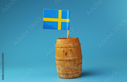 In de dag Noord Europa A beautiful small paper flag of Sweden on wooden stick in wooden barrel.