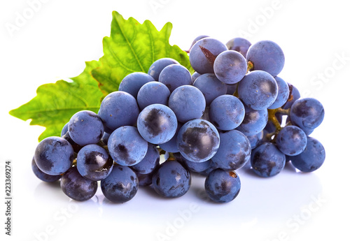 Photo  Blue grapes with green leaf healthy eating, isolated on white