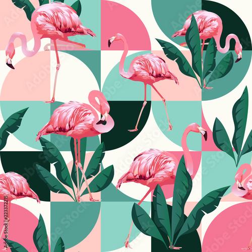 Fototapeta premium Egzotyczna plaża modny wzór, ilustrowany patchwork kwiatowy wektor tropikalnych liści bananowca. Różowe flamingi w dżungli.