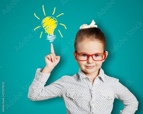 Fotografia  Little girl has and idea on chalkboard