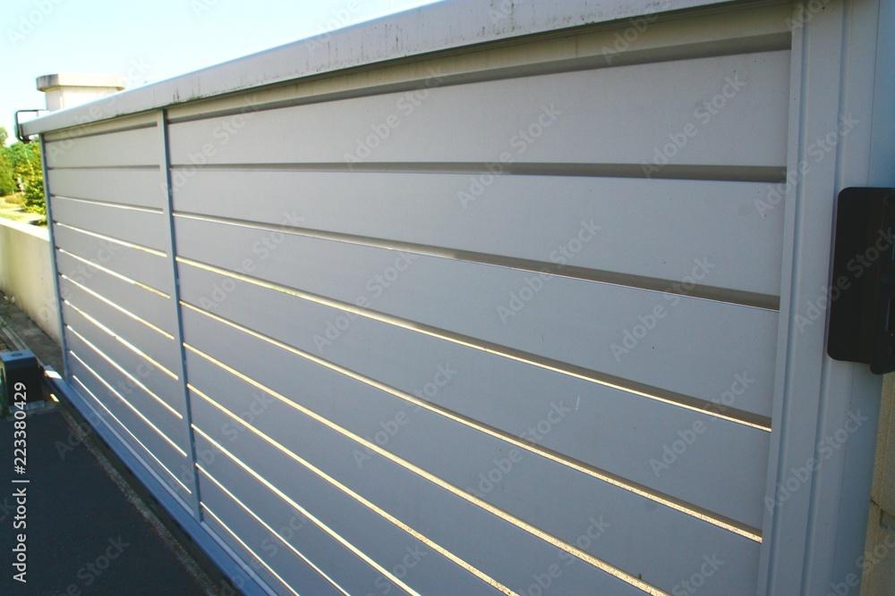 Fototapeta portail de maison en alu gris et lames