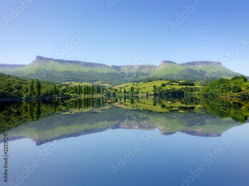 Foto auf Gartenposter Fluss symmetrical lake reflections in Marono