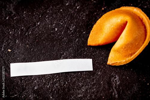 Carta da parati Chinese fortune cookie with prediction on dark background top vi