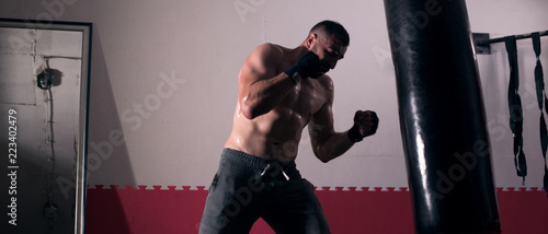 Young man boxing workout in an old building. Fototapet