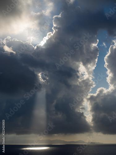 Aufziehendes Unwetter vor Elba über dem Mittelmeer mit Wolken vor der Sonne, Maremma, Italien