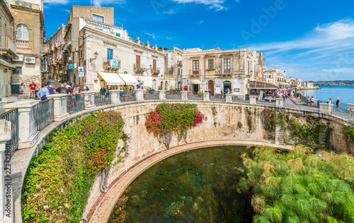 Foto op Canvas Oude gebouw The Fountain of Arethusa and Siracusa (Syracuse) in a sunny summer day. Sicily, Italy.