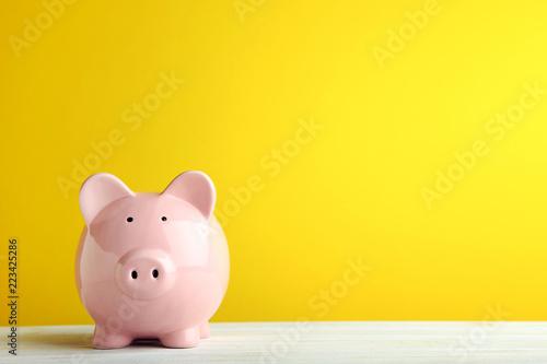 Fotografía  Pink piggy bank on yellow background