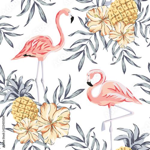 Fototapeta premium Tropikalne różowe ptaki flamingo, bukiety kwiatów hibiskusa, ananasy, tło liści palmowych. Wektor wzór. Ilustracja dżungli. Egzotyczne rośliny. Letnia plaża kwiatowy wzór. Rajska natura
