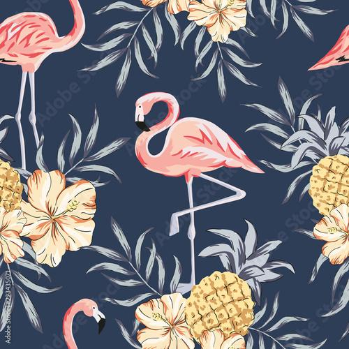 tropikalne-rozowe-ptaki-flaming-bukiety-kwiatow-hibiskusa-ananasy-liscie-palmowe-tlo-granatowe-wektor-wzor-ilustracja-dzungli-egzotyczne-rosliny-lato-kwiatowy-wzor-plazy-natura