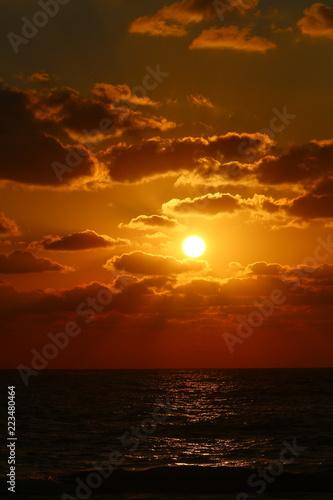Fotografie, Obraz  Солнце садится за горизонт на Средиземном море и кончается день