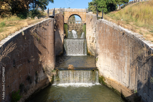 Spoed Foto op Canvas Kanaal Locks of Canal de Castilla in Calahorra de Ribas, Palencia province, Spain