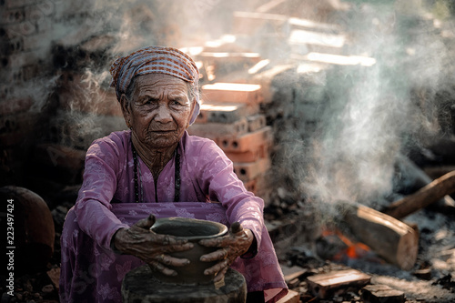 Photo  Old woman Vietnam doing traditional pottery production in Phu Lang village,Bac Ninh province,Vietnam