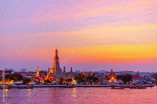 Photographie The landscape photo of Wat Arun (The temple of dawn) at twilight time