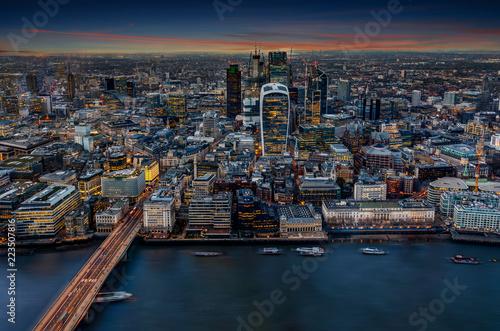 Blick über die Themse auf die Hochhäuser der City von London am Abend, Großbritannien