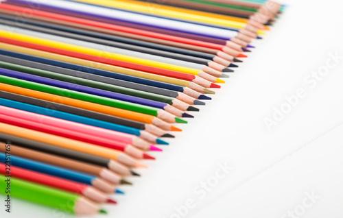 Fotografía  colored pencils lying in row
