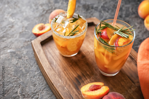 Photo  Glasses of tasty cold cocktails on wooden board