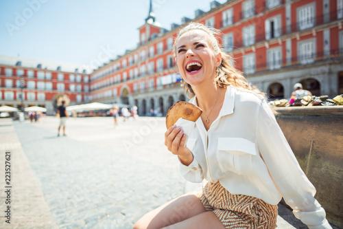 Naklejka premium podróżniczka w Madrycie, Hiszpania z Empanada na Plaza Mayor