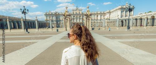 Naklejka premium elegancka kobieta przed Pałacem Królewskim patrząc w dal
