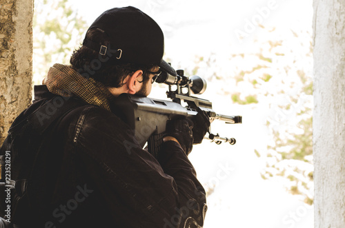 Fotografía  Sniper aim out of building