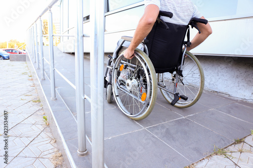Tableau sur Toile Young man in wheelchair on ramp outdoors