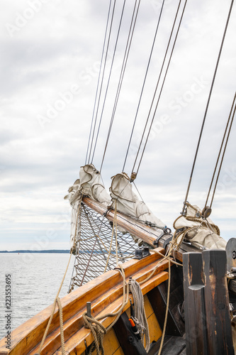 Fotografía  Looking towards the bow of a 3-masted schooner at the rigging, on its way under motor from Turku to the Island of Aspö in Archipelago National Park (Skärgårdshavet nationalpark), Finland