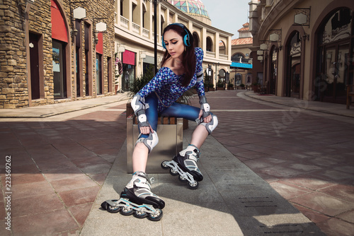 Photo  young girl on a rollers