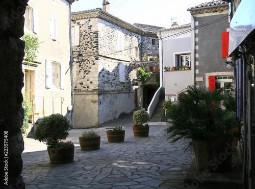 Fotografía  place du village d'Alba-La-Romaine en Ardèche