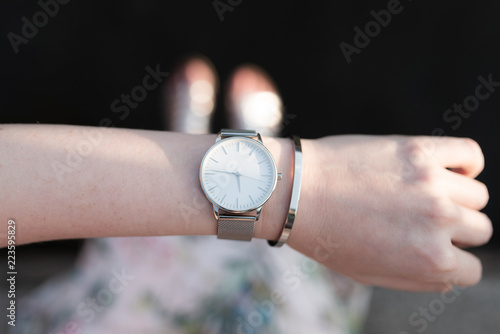 Foto  top view close-up shot of wristwatch on arm of woman