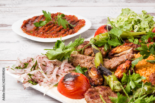 Photo Turkish Traditional Mixed Kebab Plate with Adana and Chicken Kebabs