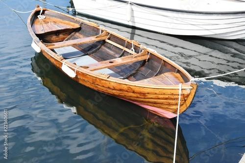 Barque en bois dans le port de Smögen, Bohuslän, Suède