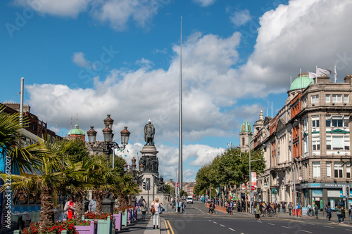The Spire, Monument of Light, die Nadel im Zentrum Dublins mit Strassenansicht Wallpaper Mural