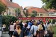 Grupa ludzi, wycieczka zwiedza miasto Wrocław.