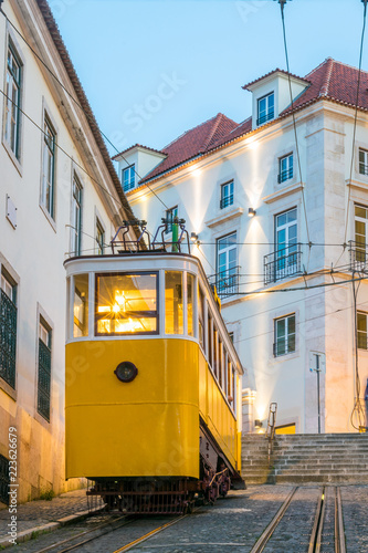 Photo Sunset at The Gloria funicular in the old town of Lisbon, capital of Portugal