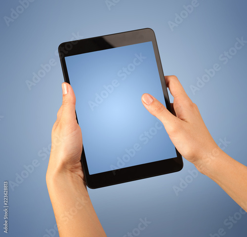 Fotografia  Female fingers touching blank tablet