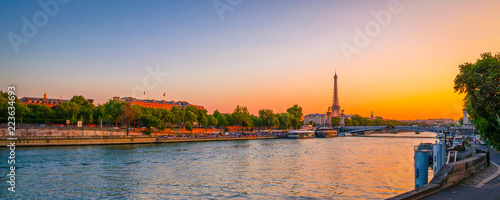 Fotografia  Sunset view of  Eiffel Tower and river Seine in Paris, France.
