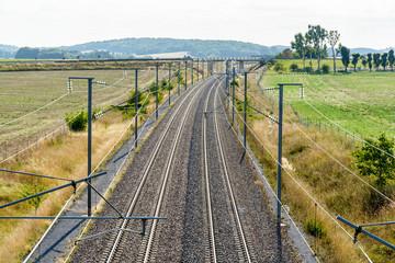 Pogled odozgo na francusku brzu željezničku prugu s nadzemnom opremom, napravljenu od stupova, kontaktnih mreža, žica i dalekovoda za opskrbu vlakova s mecima.