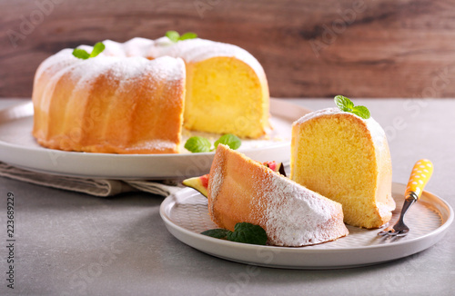 Photo Lemon sponge ring cake with icing sugar