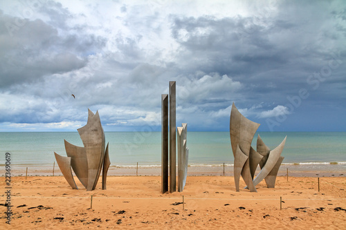 Cuadros en Lienzo Beautiful view of WWII monument Les Braves, on the center of Omaha Beach in Norm