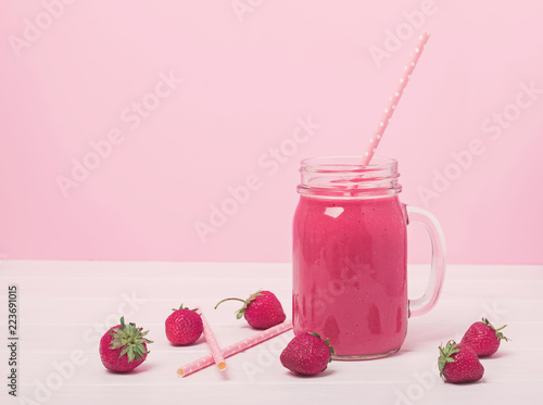 Foto op Plexiglas Milkshake Delicious strawberry smoothie in a jar on the pink background