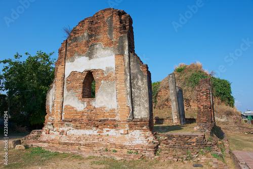 Foto op Aluminium Oude gebouw Ruins of the ancient temple Wat Nakorn Kosa in Lopburi, Thailand.