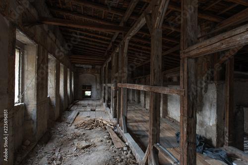 Obraz Remontowany stary zniszczony pałac. Krokwie, kurz i gruz w ciekawej perspektywie. - fototapety do salonu