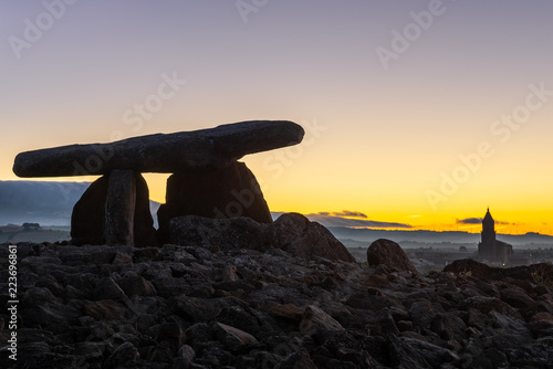 Papiers peints Con. ancienne Dolmen of Chabola de la Hechicera at sunrise, Elvillar, Basque Country, Spain
