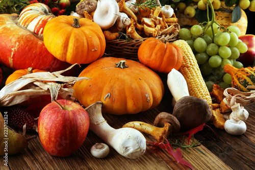 Foto op Plexiglas Keuken Autumn nature concept. Fall fruit and vegetables on wood. Thanksgiving dinner