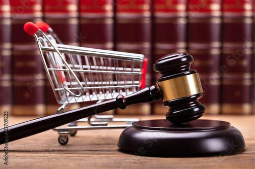 Fotografía  Close-up Of Gavel And Shopping Cart