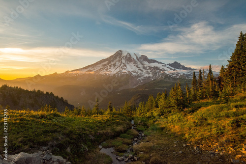 Fotografie, Obraz Mount Rainier Hiking at Sunset
