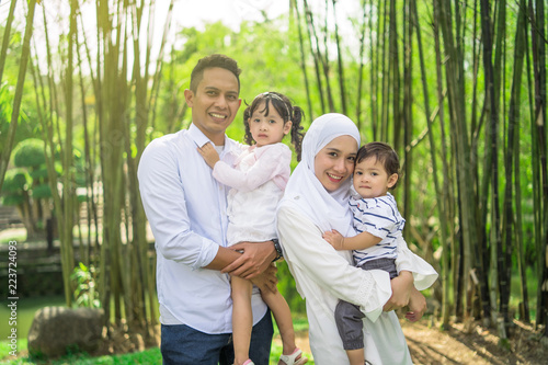 Fotografía  malay family having quality time in a park with morning mood