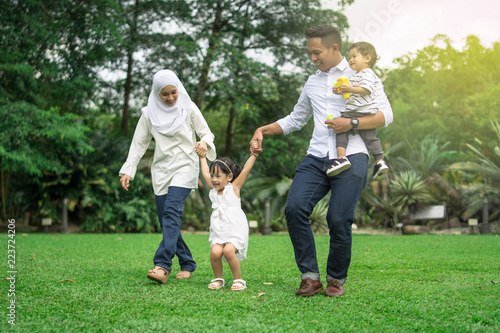 Fotomural  malay family having quality time in a park with morning mood