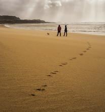 Strandspaziergang Paar Mit Hund Hinterlässt Spuren Im Sand - Beach Walking Couple With Dog Leaves Traces In The Sand